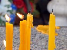 Ljus för stearinljusflamma i tempel Arkivbild