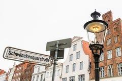 Ljus för tappninggasgata i Luebeck, Tyskland arkivbild