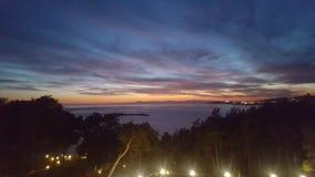 Ljus för träd för moln för havssiktssolnedgång härliga Arkivfoto