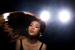 Ljus f?r kant f?r baksida f?r r?k f?r asiatisk kvinna f?r mode m?rkt arkivbild