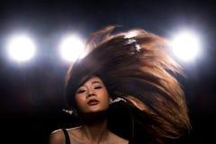 Ljus f?r kant f?r baksida f?r r?k f?r asiatisk kvinna f?r mode m?rkt arkivbilder