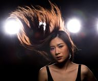 Ljus f?r kant f?r baksida f?r r?k f?r asiatisk kvinna f?r mode m?rkt royaltyfri foto