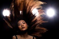 Ljus f?r kant f?r baksida f?r r?k f?r asiatisk kvinna f?r mode m?rkt royaltyfri bild