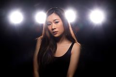 Ljus f?r kant f?r baksida f?r r?k f?r asiatisk kvinna f?r mode m?rkt royaltyfri fotografi