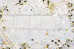 Ljus festlig karnevalbakgrund med hattar, banderoller, konfettier och ballonger på vit bakgrund Royaltyfri Bild