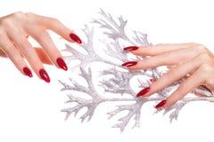 Ljus festlig röd manikyr på kvinnliga händer Spikar design arkivbilder