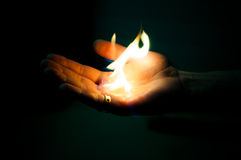 ljus flamma i arm Fotografering för Bildbyråer
