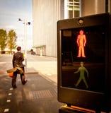 ljus fot- red för crossing Arkivfoton
