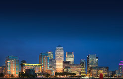 Ljus för natt för Canary Wharf affärs- och bankrörelseområde, london Royaltyfria Bilder