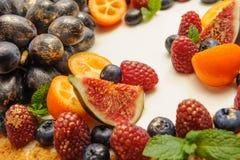 Ljus frukt på kakan, dekor av kakan, idén för menyn Arkivfoton