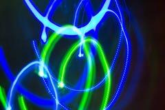 Ljus gjorde suddig neonvågbokeh på mörk bakgrund royaltyfria foton
