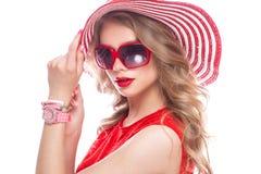 Ljus gladlynt flicka i sommarhatt, färgrikt smink, krullning och rosa manikyr Härlig le flicka royaltyfria bilder