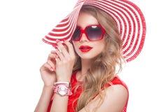 Ljus gladlynt flicka i sommarhatt, färgrikt smink, krullning och rosa manikyr Härlig le flicka royaltyfri foto