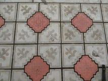 Ljus - grått - brun bakgrundsfärg - strukturen av att stenlägga tegelplattor arkivfoto