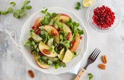 Ljus - grön sallad för äpplepecannötgranatäpple Sund mat Co för strikt vegetarian Arkivbild