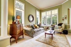 Ljus - grönt rum i lyxigt hus Royaltyfri Foto