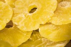 Ljus gul bakgrund eller textur Torkat tropiskt - frukt ananans som klipps på cirklar Sommar och exotiskt Vitaminer och användbar  arkivbilder