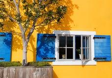 Ljus gul fasad Fotografering för Bildbyråer