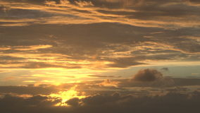 Ljus gul sol i molnig himmel lager videofilmer