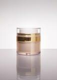 Ljus guld- ansiktsbehandling för glöd eller kräm för kropphudbehandling eller lotionpackgage Royaltyfria Foton