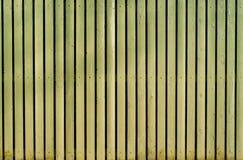Ljus - gult gammalt trämålat staket arkivbild