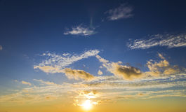 Ljus härlig himmel- och molnsoluppgångsolnedgång Arkivfoton