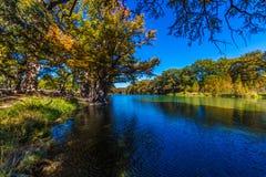 Ljus härlig nedgånglövverk på Crystal Clear Frio River royaltyfri foto