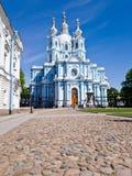 Ljus härlig Smolny domkyrka i St Petersburg på en solig vårdag Lodlinjen inramar royaltyfria bilder