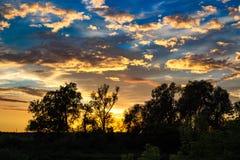 Ljus härlig solnedgång med moln Arkivbilder