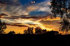 Ljus härlig solnedgång med moln Royaltyfri Foto