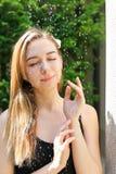 Ljus härlig stående av flickan som tar sommarduschen royaltyfria bilder