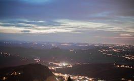 Ljus i bergen marino san marinorepublik san Arkivfoton