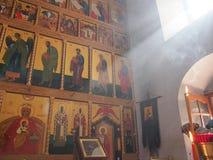 Ljus i den ortodoxa templet Royaltyfri Foto
