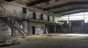 Ljus i en övergiven korridor arkivfoto