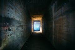 Ljus i slut av den gammal grungy konkret tunnelen eller r?r eller korridor, abstrakt v?g att hoppas begrepp i ?vergiven l?skig by royaltyfri foto