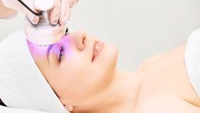 Ljus infraröd terapi Cosmetologyhuvudtillv?gag?ngss?tt kvinna f?r smink f?r sk?nhetframsidamode Kosmetisk salongapparat Ansikts-  royaltyfria foton