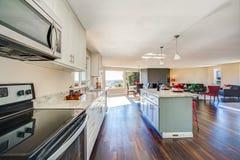Ljus inre av kök med den stora kökön arkivfoton
