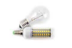 Ljus isolerade kula och LEDD lampa på vit Royaltyfri Bild
