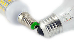 Ljus isolerade kula och LEDD lampa på vit Arkivfoto
