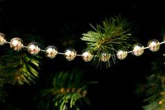 Ljus julsammansättning med bollar, oskarp bakgrund Royaltyfri Fotografi