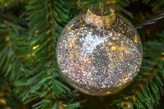 Ljus julsammansättning med bollar, oskarp bakgrund Royaltyfria Foton