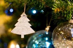 Ljus julsammansättning med bollar, oskarp bakgrund Royaltyfri Bild