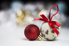 Ljus julstilleben med färgrika julbollar och se Fotografering för Bildbyråer