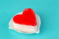 Ljus kaka i form av hjärtablåttbakgrund Arkivfoto