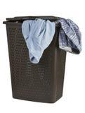 Ljus kläder i en stängd korg för tvätteri Arkivfoton