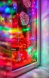 Ljus kulör elektrisk girland i fönstret royaltyfri fotografi