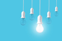 Ljus kula för skillnad på blå bakgrund Begrepp av nya idéer Arkivfoto