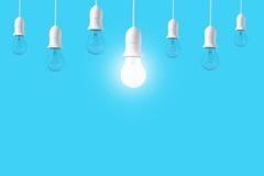 Ljus kula för skillnad på blå bakgrund Begrepp av nya idéer Royaltyfria Foton