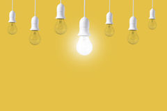 Ljus kula för skillnad på gul bakgrund Begrepp av nya idéer Royaltyfri Foto