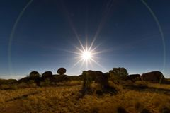 Ljus lek på jäkelmarmor arkivfoton